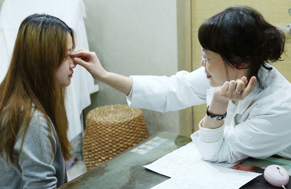 盧靜怡醫師為客人做玻尿酸注射前的評估