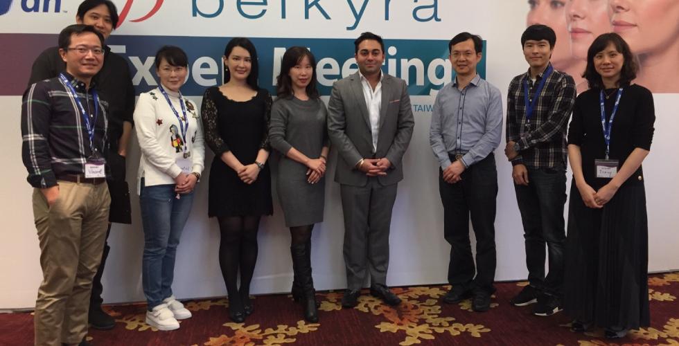 盧靜怡院長在Belkyra消脂針的學術研討會上,與大家開心合照。
