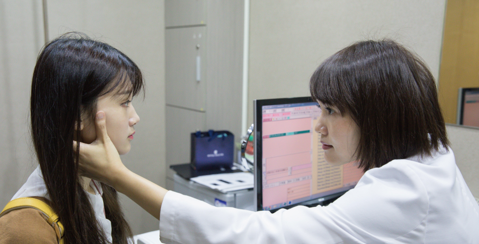 陳清筠醫師的側面弧度也好美啊~而且保養得宜,本人看起來真的跟少女一樣,難怪聽說很多藝人都會定期做音波拉提來緊實肌膚、防止鬆垮。