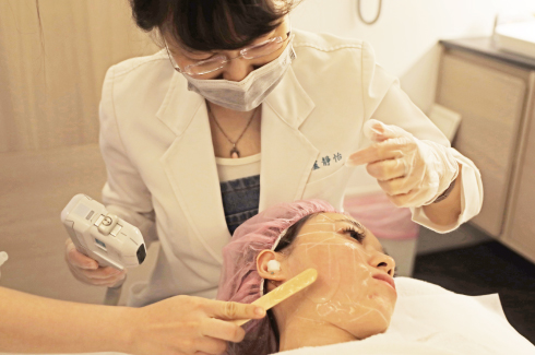 盧醫師真的非常了解,音波拉皮療程中顧客的感覺,每次酸痛感產生前,都會先預告,時機抓的超級準確。