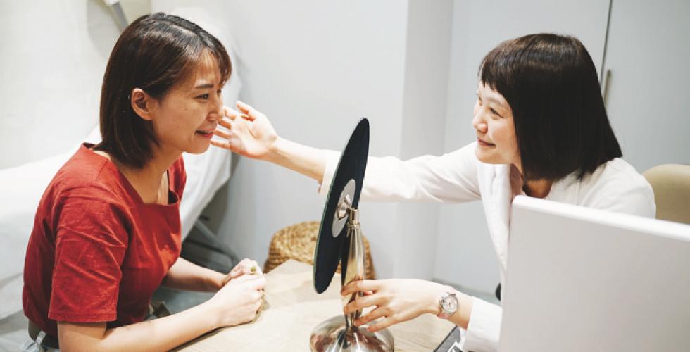 陳醫師諮詢時會很仔細評估,也會詳細說明療程的原理。(她人很nice~)