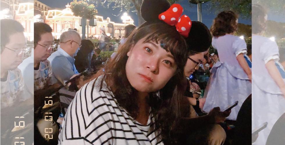 來看我之前的肉肉臉吧,這是十月在東京迪士尼拍的。就是因為這張讓我更加深我要找回小V臉。下顎線條太不明顯了阿~