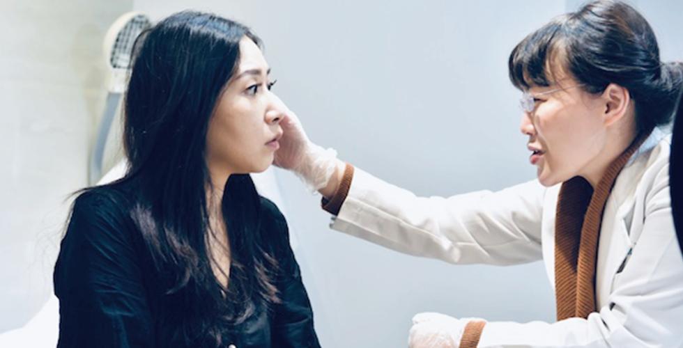 我的表情狠驚訝!因為盧醫師評估時馬上就點出我最在意的地方啊,下垂的臉頰,還有越來越模糊的下顎線!